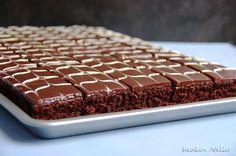 Deze chocolade plaatcake is een ideaal recept voor een groot aantal. Je bakt hem op een grote bakplaat, maar in een kleinere variant kan het natuurlijk ook! Cookie Desserts, Sweet Desserts, No Bake Desserts, Sweet Recipes, Delicious Desserts, Bake My Cake, Pie Cake, Brownie Cake, Food Cakes