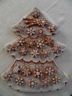 PERNÍKOVÉ ADVENTNÍ KALENDÁŘE Christmas Gingerbread House, Christmas Candy, Christmas Treats, Christmas Baking, Gingerbread Cookies, Christmas Cookies, Christmas Time, Tree Cookies, Cupcake Cookies