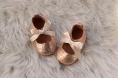 Or rose bébé Mary Jane, chaussons fille, bébé rose chaussures, cadeau de bébé fille, chaussures en cuir bébé Chaussures, chaussons de bébé à la main, Glitter Baby par CriaBabyShoes sur Etsy https://www.etsy.com/fr/listing/254846179/or-rose-bebe-mary-jane-chaussons-fille