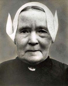Portret van Anna Verkuijl, de moeder van ARP-politicus en minister-president Hendrikus Colijn (1869-1944) in [Zuid- Hollandse] klederdracht. 1938 #ZuidHolland