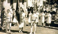 Desfile de atletas de uma das Olimpíadas de Inverno de Cambuquira - À direita da foto e à frente Mouphyr Monteiro, jornalista paulista, que apaixonado por nossa cidade se fixou nela e era um dos principais organizadores do evento ao lado do então prefeito João Silva Filho, à esquerda.
