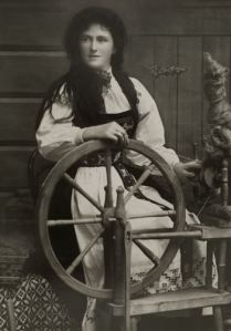 """Young Norwegian woman in traditional dress"", I find this interesting in that it is the traditional wheel that often I admire for its absolute beauty, but here this same style is of a rustic form. Spinning Wool, Hand Spinning, Spinning Wheels, Vintage Photos Women, Vintage Images, Drop Spindle, Old Photos, Fiber Art, Norway"