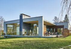Arkitektparrets drømmehus med panorama-udsigt over Flensborg Fjord Cool House Designs, Modern House Design, Sims 4 House Building, Sims 4 Houses, Village Houses, Exterior Colors, Home Fashion, Architecture Design, Mansions