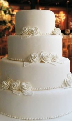 bolo cenografico casamento com renda - Pesquisa Google White Wedding Cakes, Wedding Cakes With Flowers, Beautiful Cakes, Amazing Cakes, Couture Cakes, Biscuit Cake, Fashion Cakes, Cupcakes, Sugar Art