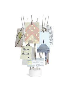 Стойка для фотографий, позволяющая располагать фотографии, открытки, записки или рисунки в произвольном порядке, создавая собственные уникальные композиции. В качестве креплений - металлические стержни, установленные на утяжеленной основе. 16 металлических зажимов входят в комплект.  Дизайн: Sung Wook Park & Paul Rowan.