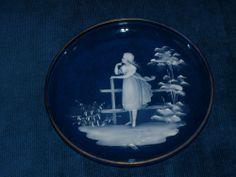 Belle assiette ancienne émaillé, sur un jolie décor de Mary Gregory