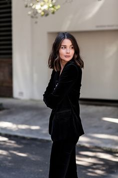 Wear velvet suit + pants this spring, beautiful fashion, let's take a look! - Page 22 of 53 - slleee All Black Outfit, White Outfits, Black Velvet Suit, Velvet Blazer, Chic Minimalista, All Black Looks, Australian Fashion, Mode Style, Ladies Dress Design