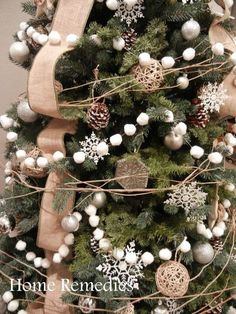DIY Cotton Ball Garland The little attention to probably the most romantic food of the entire year Eieiei, the Christmas par Christmas Love, Country Christmas, Homemade Christmas, Winter Christmas, Christmas Wreaths, Christmas Ornaments, How To Decorate Christmas Tree, Natural Christmas Tree, Burlap Christmas Tree