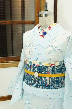 清流のようなよろけ縞に群れ遊ぶメダカの文様が、涼やかな紺青と青磁色で浮かび上がる夏着物風の浴衣です。 #kimono