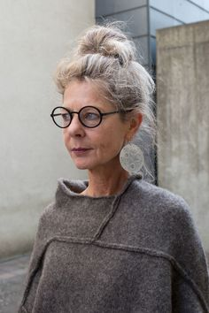Mature Fashion, Fashion Over 50, Love Fashion, Stylish Older Women, Estilo Hippy, Beautiful Old Woman, Advanced Style, Ageless Beauty, Going Gray