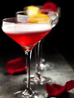 Cocktail Martini - framboises - Expolore the best and the special ideas about Martinis Cocktails Vin, Cocktail Drinks, Martinis, Martini Recipes, Cocktail Recipes, Gin Und Tonic, Raspberry Cocktail, Banana Milkshake, Winter Drinks