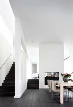 white interior with black stairs Interior Exterior, Interior Architecture, Kitchen Interior, Modern Interior, Black Floorboards, Sol Sombre, Black Stairs, Wood Stairs, Piece A Vivre