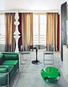 La salle à manger est articulée autour de pièces rares : un canapé vert LC3 de Le Corbusier, Perriand et Jeanneret (Cassina) assorti au pouf Capsule (Hervé Van der Straeten), table Tulip d'Eero Saarinen (Knoll) et lampe conçue en 1951 par Isamu Noguchi (Sentou).
