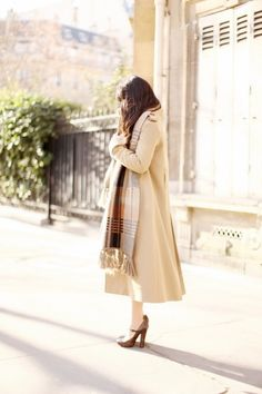 ohhh i love her long coat and long scarf.
