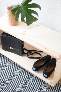 DIY Schuhregal für den Flur selber bauen - aus Holzbrettern und gold lackierten Möbelfüßen.