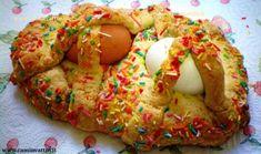 A Bari non è Pasqua senza la scarcella. Una trovata fantasiosa per realizzare un grosso biscotto fatto di pasta intrecciata che può assumere le forme più svariate (cestini, conigli, colombe, cuori…). La sua particolarità è però la presenza di uova sode incorporate alla treccia. Secondo la tradizione, il dolce