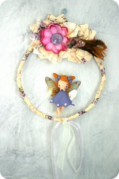 This little fairy will spread magic in your home! It's time to dream and to make a wish! Made of fabric, lace and polymer clay. Baby Mobile Felt, Make A Wish, How To Make, Fairy Crafts, Pasta Flexible, Sculpture Clay, Clay Crafts, Chibi, Polymer Clay
