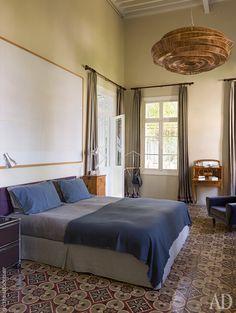 Спальня хозяев. Потолочный светильник с плетеным абажуром сделан…