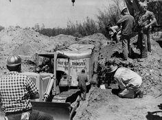 Полицейские откапывают трейлер с детьми около Фресно, Калифорния. В июле 1976 года братья Шонефельд угнали трейлер со школьниками и закопали заживо в обмен на 3 миллиона долларов США.