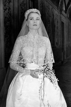 Classic bridal stuff: Grace Kelly wearing a Helen Rose haute couture dress and veil. Famous Wedding Dresses, Royal Wedding Gowns, Celebrity Wedding Dresses, Royal Weddings, Celebrity Weddings, Bridal Gowns, Celebrity Couples, Simple Weddings, Romantic Weddings