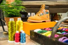 Yellow Boot personalizada na abertura da loja Timberland da Regent Street, em Londres.