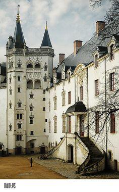 Intérieur de la cour du Château des Ducs de Bretagne. Nantes  http://www.pinterest.com/adisavoiaditrev/