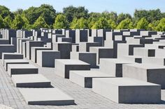 Explore the fascinating history of the German capital city when you visit the most popular and under-the-radar Berlin memorials. Museum Island, Checkpoint Charlie, East Side Gallery, Sites Touristiques, Brandenburg Gate, Holocaust Memorial, Party Scene, Berlin Wall, New City