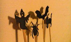 <p>Zaproś dzieci do wspólnej zabawy halloweenowej! Zrób papierowe kukiełki na patyczku. To bardzo prosta w wykonaniu zabawka halloweenowa dla dzieci i dorosłych. Wystawcie wspólnie upiorny teatrzyk cieni. Zobacz jak to zrobić.</p>