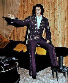 Elvis modeling jumpsuits in his suite at the Hilton in Las Vegas ⚡️⭐️💖 Elvis Presley Priscilla, Elvis Presley Concerts, Elvis Presley Pictures, Rare Elvis Photos, Rare Photos, Elvis Costume, Young Elvis, You're Hot, Pop Singers