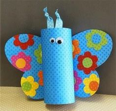 pestrobarevný motýl z ruliček od toaletního papíru