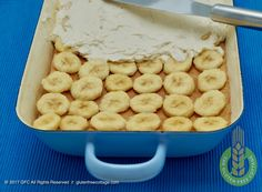 Evenly spread cream filling on top of banana slices (gluten-free banana cake with chocolate glaze). Chocolate Glaze Recipes, Chocolate Cake, Gluten Free Banana, Banana Slice, Gluten Free Recipes, Cottage, Homemade, Baking, Cream