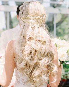 From half-up half-down looks to a low messy bun, get inspired by these simple wedding hairstyles. These easy wedding hairstyles prove that you don't need a fancy chignon or intricate updo to look amazing on your big day! Half Up Wedding Hair, Winter Wedding Hair, Wedding Braids, Long Hair Wedding Styles, Wedding Hairstyles For Long Hair, Bride Hairstyles, Down Hairstyles, Short Hair Styles, Hairstyles 2018