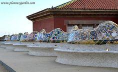banco serpenteante en trencadís con figuras abstractas, mobiliario y ornamento ppal. de la Plaça Natura by Plantas Y Jardin, via Flickr