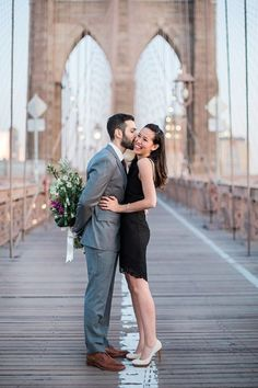 25 Fun Locations for Your Engagement Photos Katie and Josh decided to take their engagement photos at the Brooklyn Bridge. The couple and their photographer arrived at the crack of dawn in the hopes of having an uncluttered frame, and it worked. Engagement Photo Makeup, Engagement Photo Outfits, Engagement Photo Inspiration, Engagement Pictures, Engagement Ideas, Couple Photoshoot Poses, Pre Wedding Photoshoot, Photoshoot Ideas, Wedding Photography