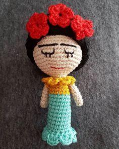 Donde no puedas amar no te demores. Frida Kahlo.  No es una monada? Gracias @yarnplusart por este patrón tan bonito!! Where you can't love don't delay. Frida Kahlo. Isn't she cute? Thanks @yarnplusart for this beautiful pattern !! #cadaquienconsufrida #fridasonaja #ganchillerasconojeras