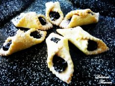 Cornulete cu magiun de prune - imagine 1 mare Romanian Desserts, Romanian Food, Romanian Recipes, French Fancies, Cheesecakes, Biscotti, Waffles, Pineapple, Gem