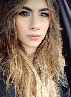 Con un piercing en la nariz te verás más ~bad ass~: | 18 Chicas que te harán querer un septum piercing