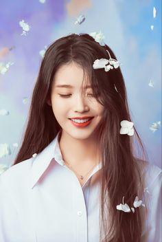 Girl Photo Poses, Girl Photos, Iu Fashion, Singer Fashion, Iu Short Hair, Iu Hair, Korean Girl, Asian Girl, Iu Twitter