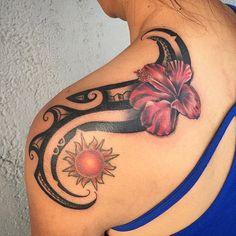 tattoo rücken frau, tribal tattoo in kombination mit roter blüte und sonne