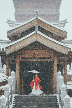 Traditional Chinese hanfu. Type: qiyao ruqun(waist-high ruqun), jiaoling aoqun(crossing collar aoqun), liling aoqun(upright collar aoqun), qixiong ruqun(chest-high ruqun). 华姿仪赏