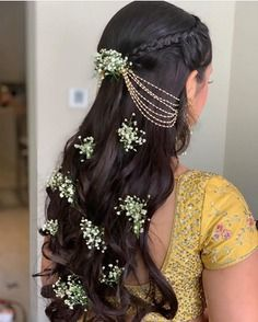 Curly Hairstyle For Brides That Are Perfect To Flaunt At Big-Fat Indian Weddings! Bridal Hairstyle Indian Wedding, Bridal Hair Buns, Bridal Hairdo, Indian Bridal Hairstyles, Braided Hairstyles For Wedding, Bride Hairstyles, Henna Designs, Open Hairstyles, Amazing Hairstyles