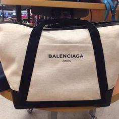 Огромная сумка Balenciaga оригинал✔️ сфоткана лично :) серия супер люкс, само собой.. Кому интересно  ждем для деталей :) она стоит пару тысяч, с чеком, ведь Баленсьяга.. Есть оригиналы множества брендов! КОМУ ПОКА КОШЕЛКУ ОБНОВИТЬ?!! Пишите в личку #buddufromusa #budduoriginals #balenciaga #шоппинг #из #майами #ньюйорка ✖️✖️✖️