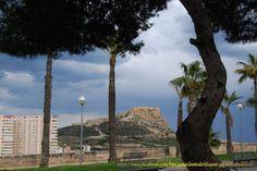 #Alicante Castillo de Santa Bárbara nublado desde el Castillo de San Fernando Alicante, San Fernando, Monument Valley, Nature, Travel, Castles, Naturaleza, Viajes, Trips