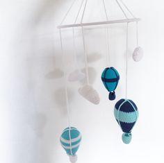 Nem og detaljeret hækleopskrift på en fin uro med skyer og luftballoner. Hæng den eksempelvis over puslebordeteller som pynt på barnets værelse.