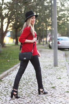 Novo Look do Dia/Outfit com uma cor tendência deste Outono/Inverno: o Vermelho. Dicas de Moda da Consultora de Imagem Cláudia Nascimento no Blog de Moda Style Statement. Moda. Fashion. Tendências. Inspiração. Calças pretas Animal Print. Black and Red. Camisa vermelha, Zara