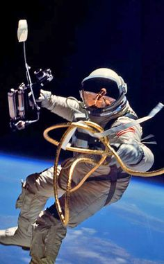 TODAY IN HISTORY: On June Gemini 4 astronaut Ed White becomes the first American to go on a spacewalk. In his right hand, White has a Hand-Held Self-Maneuvering Unit, which he used to control his movements – but he didn't move too far since he's Astronauts In Space, Nasa Astronauts, Apollo 11, Programa Apollo, Project Gemini, Nasa Space Program, Photo Voyage, Apollo Missions, Space And Astronomy