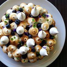 Not blueberry but cute idea Blueberry Meringue Pie Dessert Recipes, Plated Desserts, Pavlova, Elegante Desserts, Lemon Cheese, Decoration Patisserie, Impressive Desserts, Meringue Pie, Cake Toppers