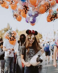 Halloween at Disneyland! The orange and yellow Mickey Mouse balloons are so cute! Love this Disney picture idea! Walt Disney, Disney Trips, Disney Magic, Disney Parks, Disneyland Photos, Disneyland Halloween, Disneyland Outfits, Disney Dream, Disney Style