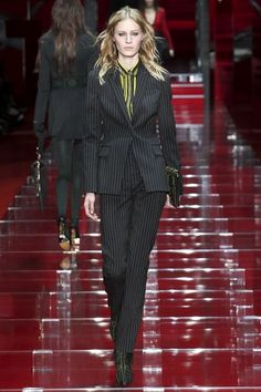 Versace Fall 2015 Ready-to-Wear Collection Photos - Vogue Donatella Versace, Gianni Versace, Versace Versace, Fashion Week, Star Fashion, High Fashion, Fashion Show, Fashion Looks, Fashion Design