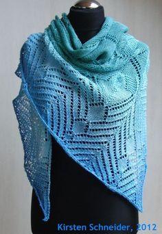 Schultertuch - Dreieck-Tuch - Stola     MALLAND    Designed by Mrs-Postcard.    Das Schultertuch MALLAND ist aus der schönen Wolle von 100Farbspiele F